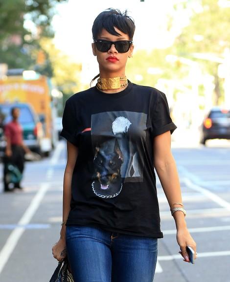 Rihanna é vista pegando um táxi, enquanto usa uma gargantilha de ouro Christian Lacroix que foi presente do seu ex, Chris Brown.