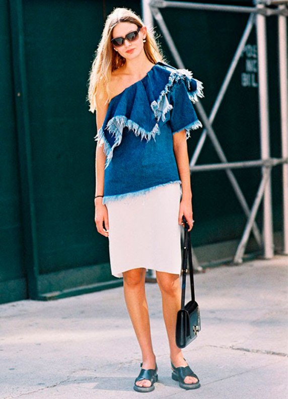 look-street-style-blusa-um-ombro-so-jeans-saia-midi-branca-slide-preto-bolsa-preta-tiracolo-160906-030346